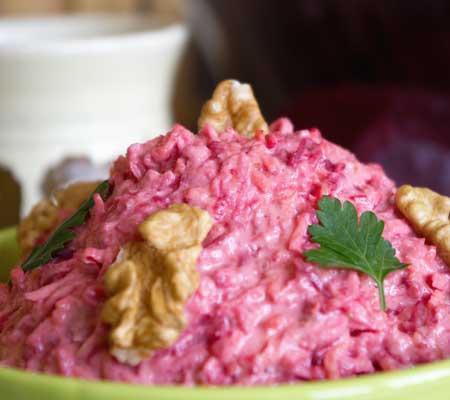 Salată de crudități cu nuci și sfeclă roșie