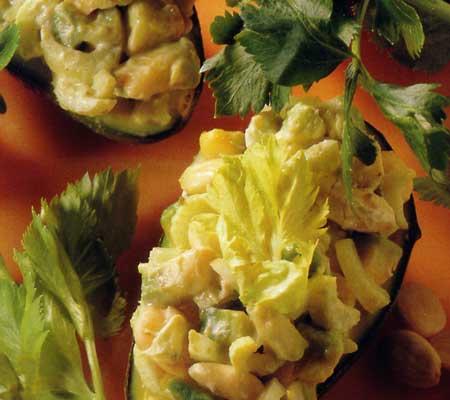 Avocado umplut cu mascarpone, țelină verde și migdale