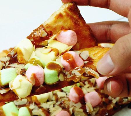 Pizza cu caramel și marshmallows